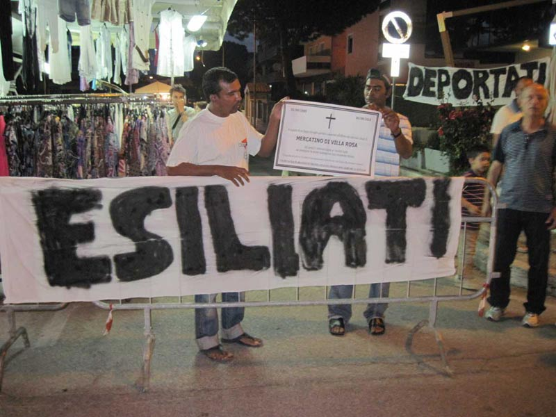 Striscioni di protesta degli ambulanti nel mercatino in via Palizzi